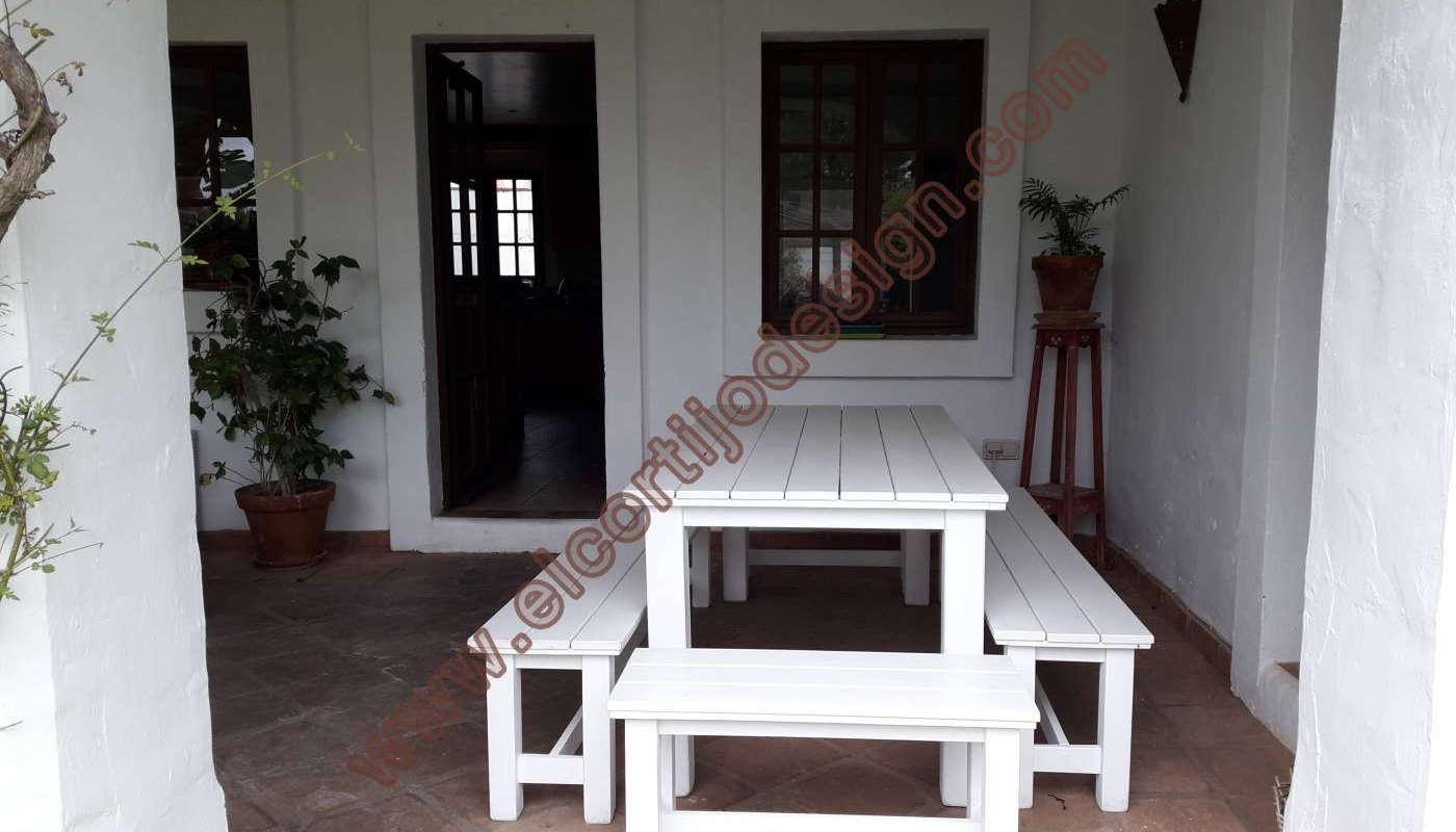 Mesa de exterior acabado en blanco